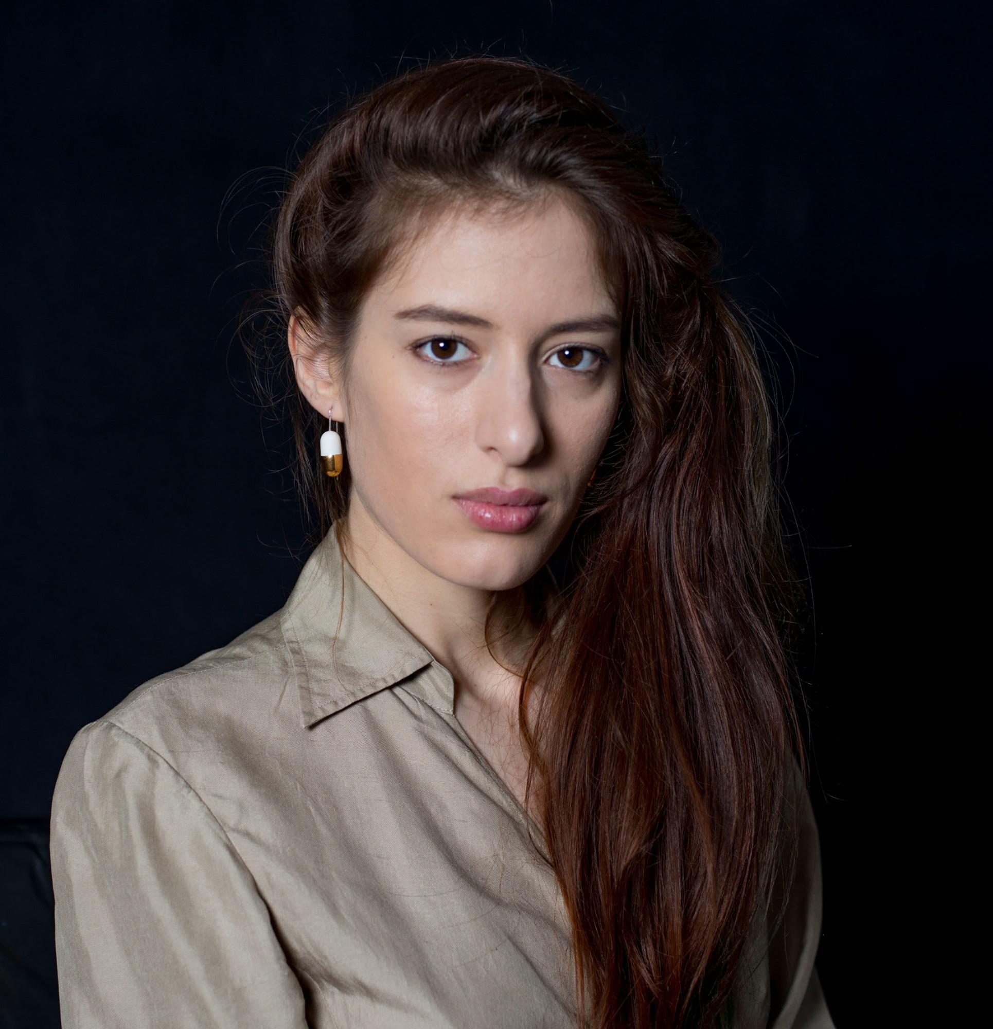 Anna-Kiryakova-Golden-Pills-Ohrringe-Porzellan-Schmuck-2