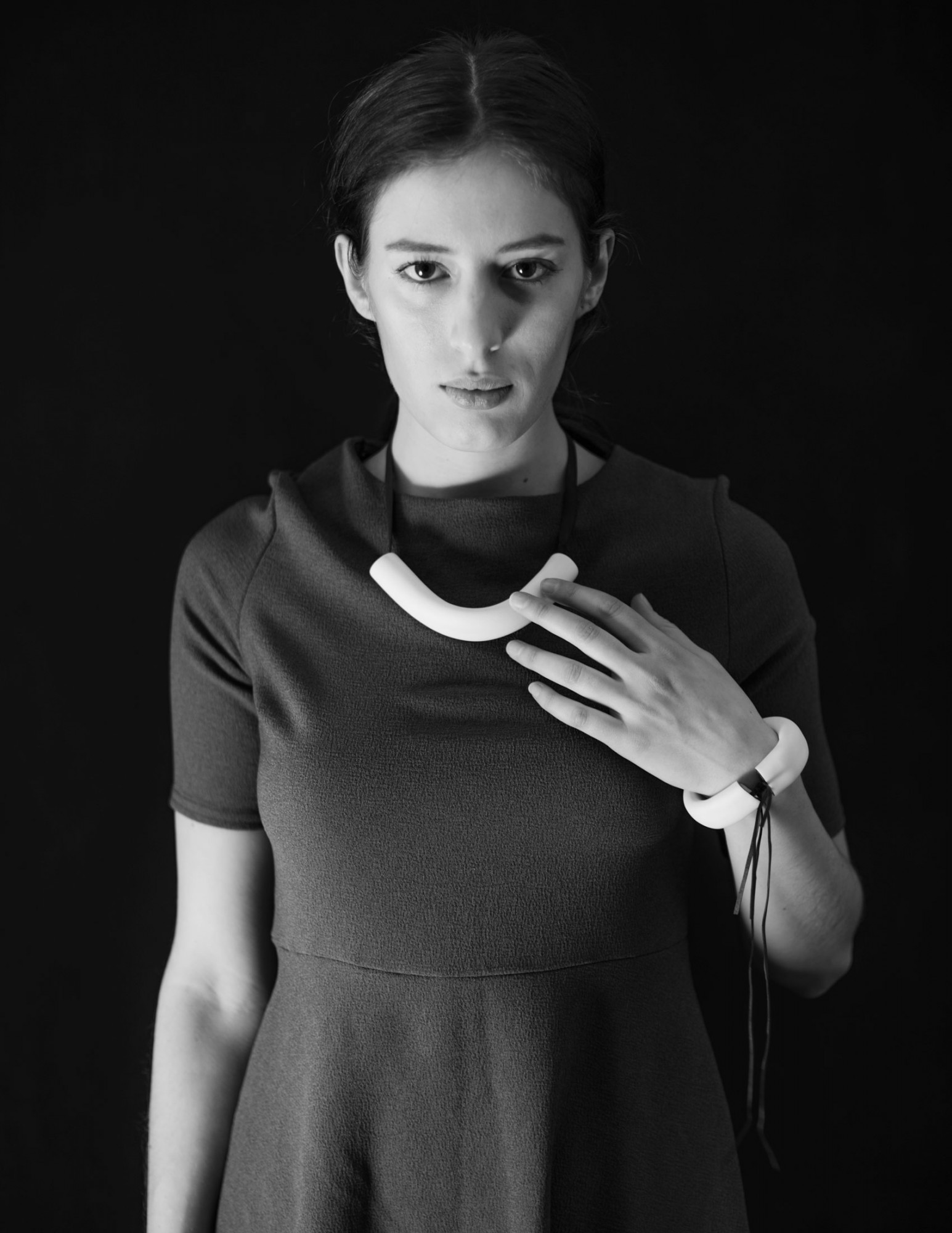Anna-Kiryakova-Tube-Collier-bw2-Porzellan-Schmuck